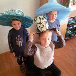 Vyrukai demonstruoja skrybėlaites