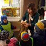 Su vaikais maloniai bendravo pašto viršininkė Jūratė Pitrėnienė