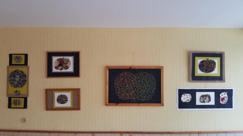 Parodos eksponatai - koliažai iš gamtinės medžiagos