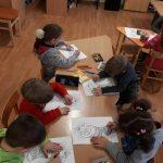 Vaikučiai labai susikaupę dirba