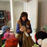 Pašto viršininkė J.Pitrėnienė  maloniai sutinka vaikučius