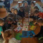 Vaikai aptaria piešinius, kaip sniego gniūžtės principu geras poelgis veikia kitus ir kas atsitinka netinkamai pasielgus