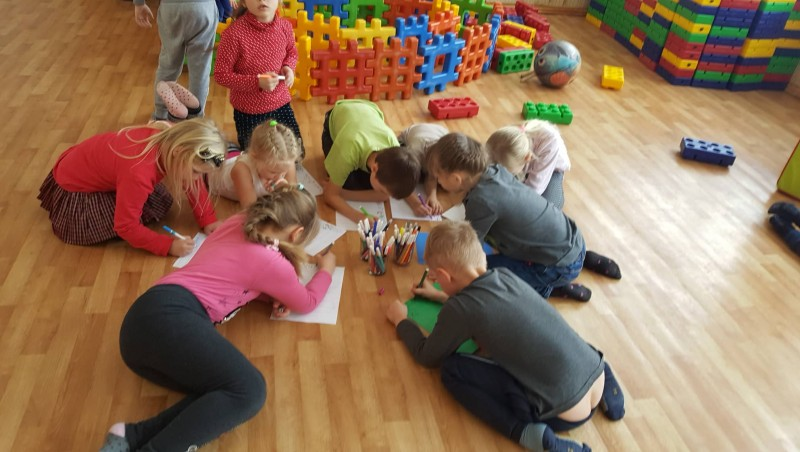 Žaidimų kambary priešmokyklinukai sprendžia konfliktinę situaciją piešdami savo jausmus, emocijas, po to tai aptaria