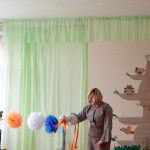 """Obelių l/d """"Nykštukų"""" grupės auklėtoja Violeta pristato Obelių balos gandrą..."""