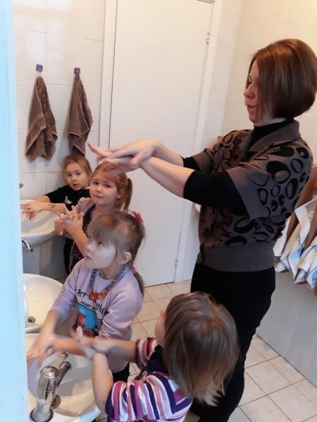 """""""Boružėlių"""" grupės vaikučiai noriai mokėsi taisyklingai plauti rankytes"""